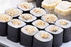 Japanische Sushi der Nahaufnahme auf einer weißen Platte. Sushiset lizenzfreies stockbild