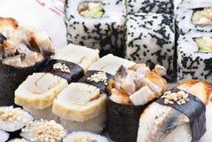Japanische Sushi der Nahaufnahme auf einer weißen Platte. Sushiset lizenzfreie stockfotos
