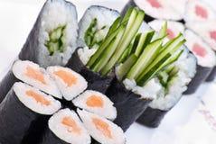 Japanische Sushi der Nahaufnahme auf einer weißen Platte. Sushiset stockfoto