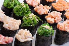 Japanische Sushi der Nahaufnahme auf einer weißen Platte. Sushiset stockbild