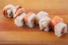 Japanische Sushi der Nahaufnahme auf hölzerner Platte stockfoto