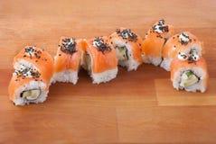 Japanische Sushi der Nahaufnahme auf hölzerner Platte lizenzfreies stockbild