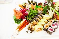 Japanische Sushi in einem Restaurant an der Mittagspause, asiatische K?che lizenzfreie stockfotos