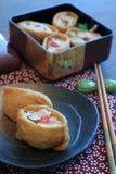 Japanische Sushi eingewickelt in gebratener Bohnengallerte Stockfotos
