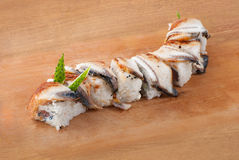 Japanische Sushi mit Aal auf hölzerner Platte lizenzfreies stockbild