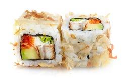 Japanische Sushi mit Aalfleisch, Gurke, Käse und rotem Kaviar Stockfotografie