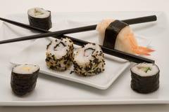 Japanische Sushi mit Ess-Stäbchen Stockfotografie