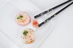 Japanische Sushi mit Essstäbchen stockfotografie