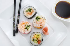 Japanische Sushi mit Essstäbchen und Sojasoße stockbilder