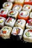 Japanische Sushi Rolls Seitenansicht der Nahaufnahme stockbild
