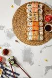 Japanische Sushi - Satz von Maki Sushi Roll, von Sojasoße und von Ingwer ov Lizenzfreie Stockbilder