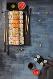 Japanische Sushi - Satz von Maki Sushi Roll, von Sojasoße und von Ingwer ov Stockfoto