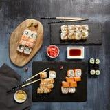 Japanische Sushi - Satz von Maki Sushi Roll, von Sojasoße und von Ingwer ov Stockbilder