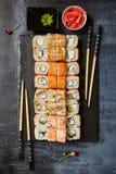 Japanische Sushi - Satz von Maki Sushi Roll, von Sojasoße und von Ingwer ov Stockfotos
