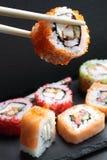 Japanische Sushi und Rollen Stockfotos