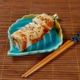 Japanische Sushi und Rollen lizenzfreies stockbild
