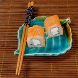 Japanische Sushi und Rollen stockfoto