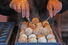 Japanische takoyaki Kugeln vorbereitet worden am asiatischen Markt Stockfotos