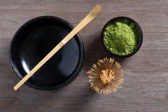 Japanische Teezeremonieeinstellung auf Holzbank. Stockfotos