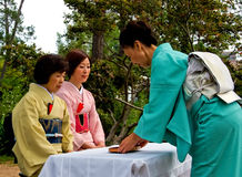 Japanische Tezeremonie im Garten Stockbilder