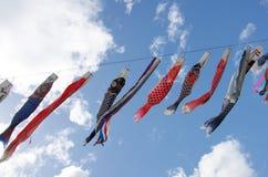 Japanische traditionelle bunte Karpfen-förmige Ausläufer Stockfoto