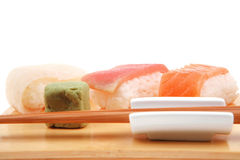 Japanische traditionelle Küche - Satz nigiri Sushi Lizenzfreies Stockfoto