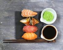 Japanische traditionelle Lebensmittelsushi mit Lachsen, Thunfisch Lizenzfreie Stockfotografie