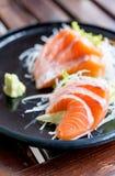 Japanische traditionelle Nahrung des Lachssashimis Lizenzfreie Stockfotografie