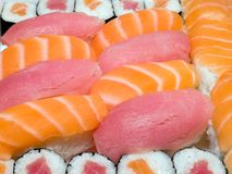 Japanische traditionelle Nahrung - Rollen und Sushi Stockbild