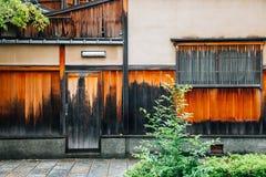 Japanische traditionelle Straße Gion Shirakawa in Kyoto, Japan lizenzfreie stockfotos