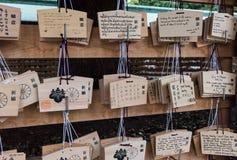 Japanische votive Plakette Ema, die in Meiji Jingu Shrine hängt stockbilder