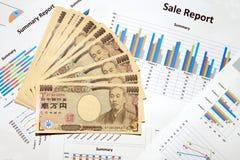 10000 japanische Währungsyenbanknoten und Verkaufsberichtsfinanzdiagramm Stockfoto