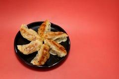 Japanische Wanne gebratener Mehlkloß im Rot Stockfotos