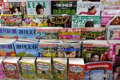 Japanische Zeitschriften auf Kiosk stockbilder