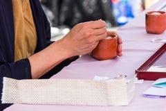 Japanische Zeremonie für Weihrauch-Vorbereitung Stockfotos