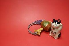 Japanische zuwinkende Katze und glücklicher Holzhammer im Rot Lizenzfreies Stockbild