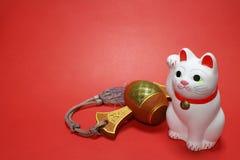 Japanische zuwinkende Katze und glücklicher Holzhammerabschluß oben im Rot Lizenzfreie Stockfotos