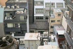 Japanischer abstrakter städtischer Hintergrund, der Details von chaotischen Stadtgebäuden kennzeichnet lizenzfreies stockbild