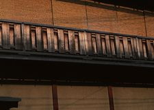 Japanischer alter und traditioneller hölzerner brauner Handlaufhintergrund lizenzfreie stockfotografie