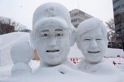 Japanischer Baseballtrainer mit seinem Spieler, Sapporo-Schnee-Festival 2013 Stockfotos