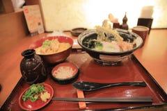 Japanischer bento Reis eingestellt mit hölzernem Hintergrund Lizenzfreie Stockfotografie