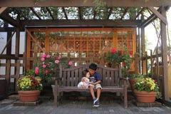 Japanischer Bruder und Schwester auf der Bank Lizenzfreies Stockfoto