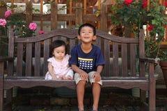 Japanischer Bruder und Schwester auf der Bank Stockbild