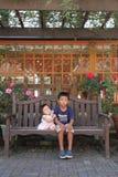Japanischer Bruder und Schwester auf der Bank Lizenzfreie Stockbilder