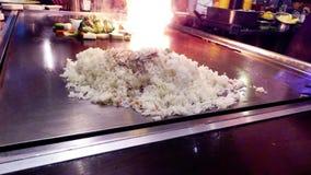 Japanischer Chef, der Gemüse, Reis und Rindfleisch im asiatischen Restaurant kocht stock footage