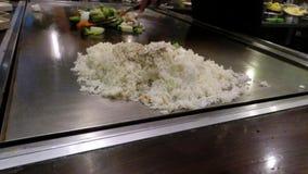 Japanischer Chef, der Gemüse, Reis und Rindfleisch im asiatischen Restaurant kocht stock video