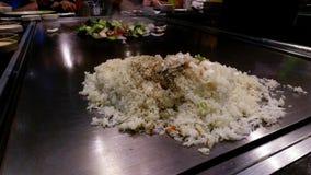Japanischer Chef, der Gemüse, Reis und Rindfleisch im asiatischen Restaurant kocht stock video footage