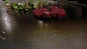 Japanischer Chef, der Gemüse und Rindfleisch im asiatischen Restaurant kocht stock footage