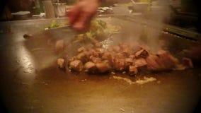 Japanischer Chef, der Gemüse und Rindfleisch im asiatischen Restaurant kocht stock video