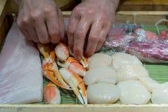 Japanischer Chef, der Sashimilebensmittel kocht Stockfotos